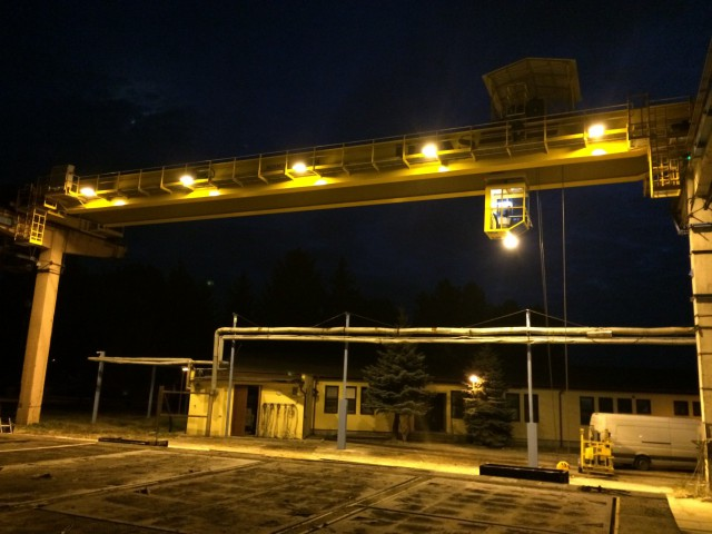 Osvetlený mostový žeriav