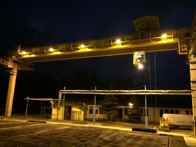 Osvětlený mostový jeřáb